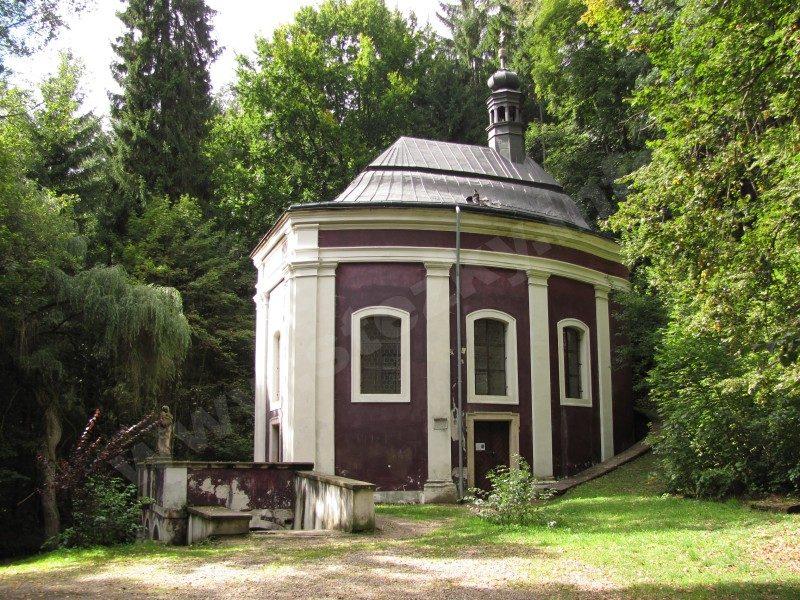 Kaple sv. Stapina na trase naučné stezky Klokočským lesem za hrou, vodou a ptačím zpěvem