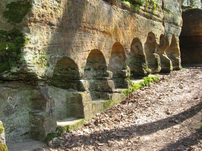 skalní výklenky nad rybníkem U Kamenného stolu ve Vinořském parku