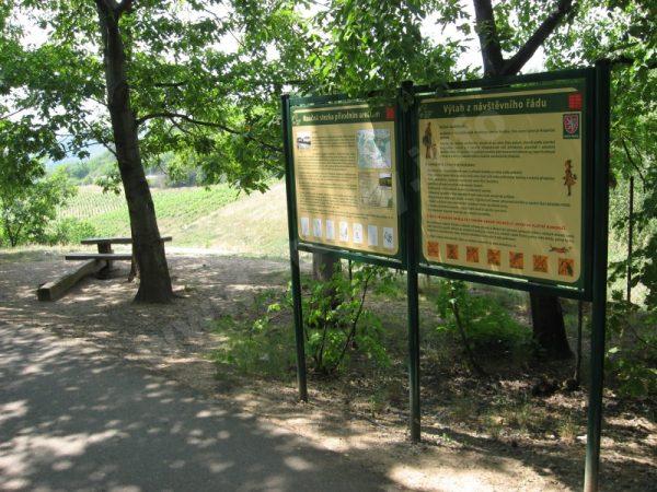 informační panely naučné stezky Přírodním areálem Botanické zahrady Praha