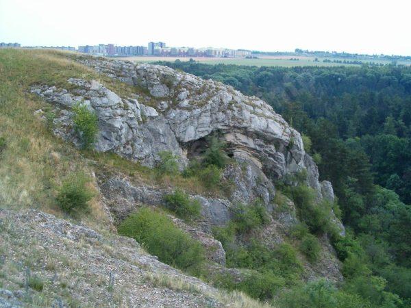 skalnatý okraj Butovického hradiště